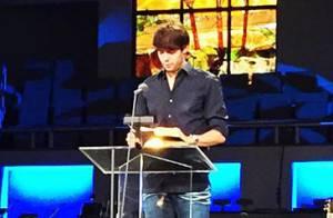 Kaká lê a Bíblia durante culto após término de seu casamento com Carol Celico
