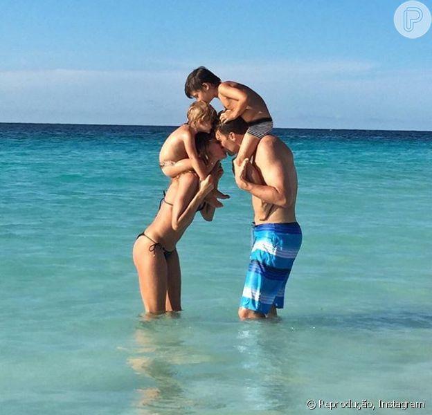 Gisele Bündchen usou suas redes sociais para celebrar os 38 anos do marido, o jogador Tom Brady. Na foto, a modelo aparece com Vivian Lake e Benjamin, filhos do casal
