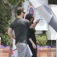 O marido Brian Austin Green protege Megan Fox do sol forte enquanto faziam compras. A atriz já estava grávida