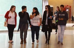 Sophia Abrahão embarca em aeroporto do Rio acompanhada de fãs