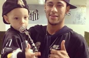 Neymar visita o vestiário do Santos com o filho, Davi Lucca
