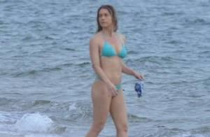 Letícia Spiller brinca com a filha, Stella, em praia da Costa Verde do Rio