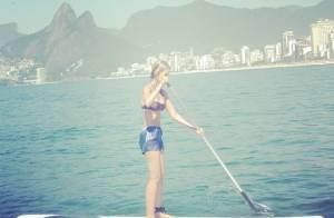 Yasmin Brunet pratica stand up paddle em praia do Rio