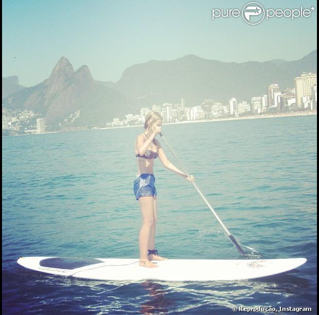 Yasmin Brunet pratica stand up paddle na praia do Leblon, na zona sul do Rio, nesta segunda-feira, 10 de dezembro de 2012