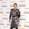 Para a inauguração da TopShop de Los Angeles, Jeniffer Lopez escolheu um vestido metalizado