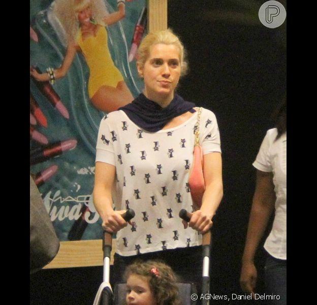 Leticia Spiller levou a filha, Stella, para assistir à peça 'As aventuras de João & Maria' no teatro Fashion Mall, RJ, em 22 de julho de 2013