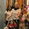 Leticia Spiller passeia com a filha, Stella, pelo Shopping Fashion Mall, no Rio