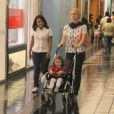 Leticia Spiller empurra o carrinho de bebê levando a filha, Stella