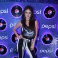 Anaju Dorigon chamou atenção com a calça listrada preta e branca
