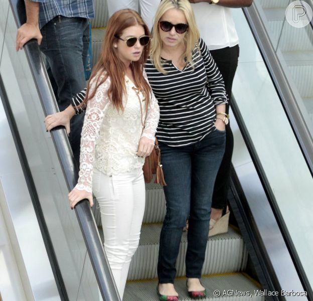 Marina Ruy Barbosa curtiu a segunda-feira no shopping ao lado da mãe. Atriz vestia look branco rendado em passeio nesta segunda, 21 de setembro de 2015