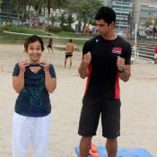 Com esclerose múltipla, Claudia Rodrigues sorri em treino funcional na praia