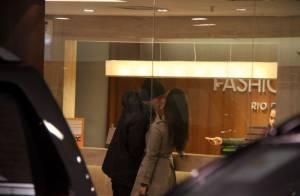 Cleo Pires e Rômulo Neto são flagrados aos beijos durante passeio em shopping