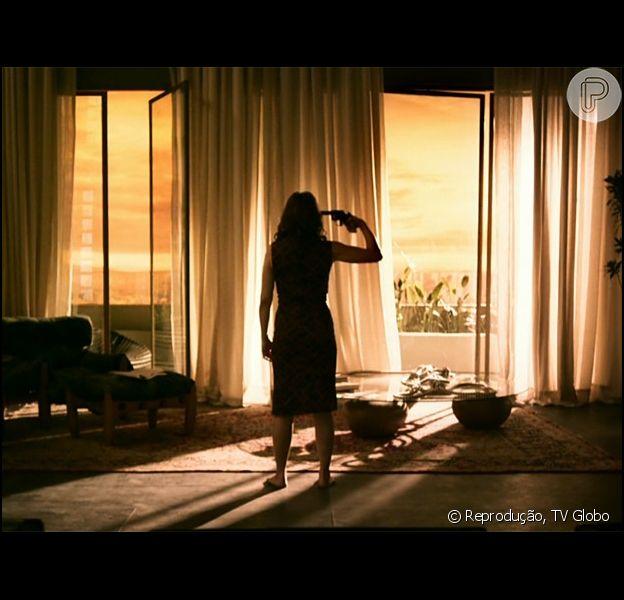 Carolina (Drica Moraes) se matou após flagrar Alex (Rodrigo Lombardi) e Angel (Camila Queiroz) na cama. A cena exibida no último capítulo foi aclamada pelo público na internet