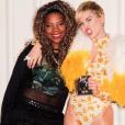 Olha Ludmilla aí de novo! Ela não podia perder a chance de tirar uma foto com Miley Cyrus