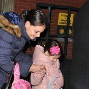 Katie Holmes e Suri Cruise, bem agasalhadas, caminham pelas ruas de Nova York