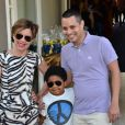 Astrid Fontenelle posa com o marido, Fausto Franco e o filho, Gabriel, na festa de 4 anos de Rafaella Justus