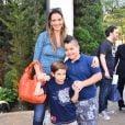 Luciana Cardoso, mulher de Fausto Silva, posa com os filhos  João Guilherme e Pedro   na festa de 4 anos de Rafaella Justus
