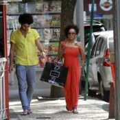 Aparecida Petrowky, casada com Felipe Dylon, passeia com amigo no Rio