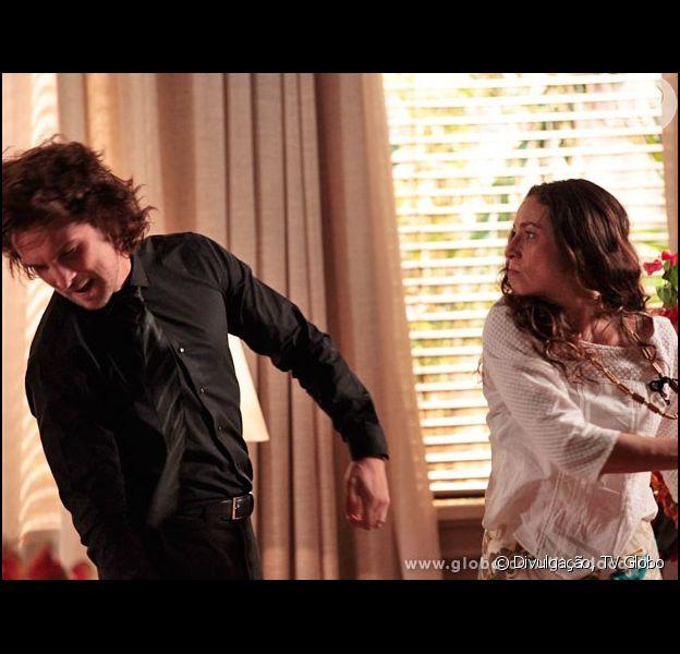 Bibiana (Cyria Coentro) desconta sua raiva de Dionísio (Sérgio Mamberti) em Alberto (Igor Rickli), lhe dando uma bofetada, em 'Flor do Caribe', em 12 de agosto de 2013