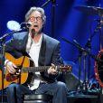 Eric Clapton emociona no show em apoio às vítimas do furacão Sandy, em 12 de dezembro de 2012, em Nova York
