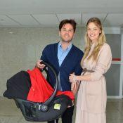Carol Trentini deixa a maternidade com o filho, Bento, e com o marido