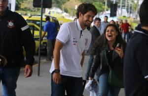 Alexandre Pato é simpático com fãs e tira fotos no aeroporto, no Rio