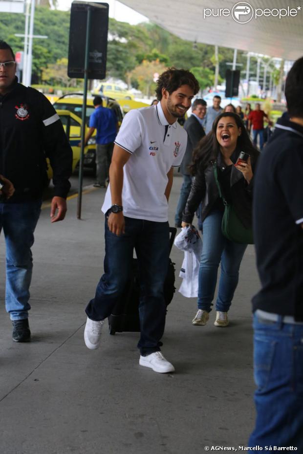 Alexandre Pato recebe carinho de fãs no aeroporto Santos Dumont, no Rio de Janeiro, em 15 de agosto de 2013