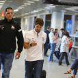 Alexandre Pato caminha no aeroporto do Rio de Janeiro