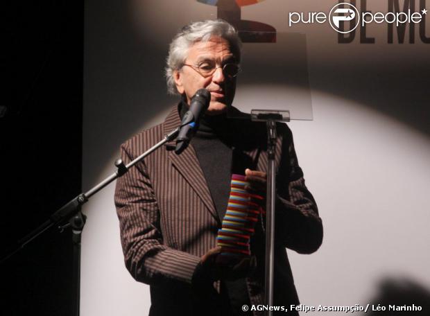 Caetano Veloso recebe o prêmio de Melhor àlbum MPB no2º Prêmio Contigo! MPB FM de Música, em 19 de agosto de 2013
