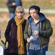 Os namorados Taylor Swift e Harry Styles são flagrados durante um passeio em Nova York
