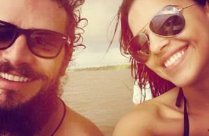 Mariana Rios posa com Daniel de Oliveira nos bastidores de 'Orfãos do Eldorado'