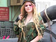 Avril Lavigne beija uma mulher no clipe de 'Rock n Roll', o segundo do novo CD