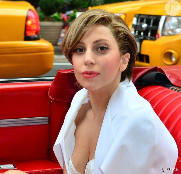 Lady Gaga abraça mendingo na rua e diz que cheira mal