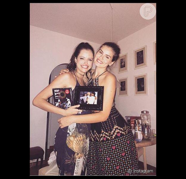 Camila Queiroz tirou Agatha Moreira em amigo oculto do elenco da novela 'Verdades Secretas': 'Linda, parceira, amiga. Se tornou família, inseparável'