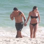 Rafa Brites exibe boa forma na praia ao lado do marido, Felipe Andreoli. Fotos!