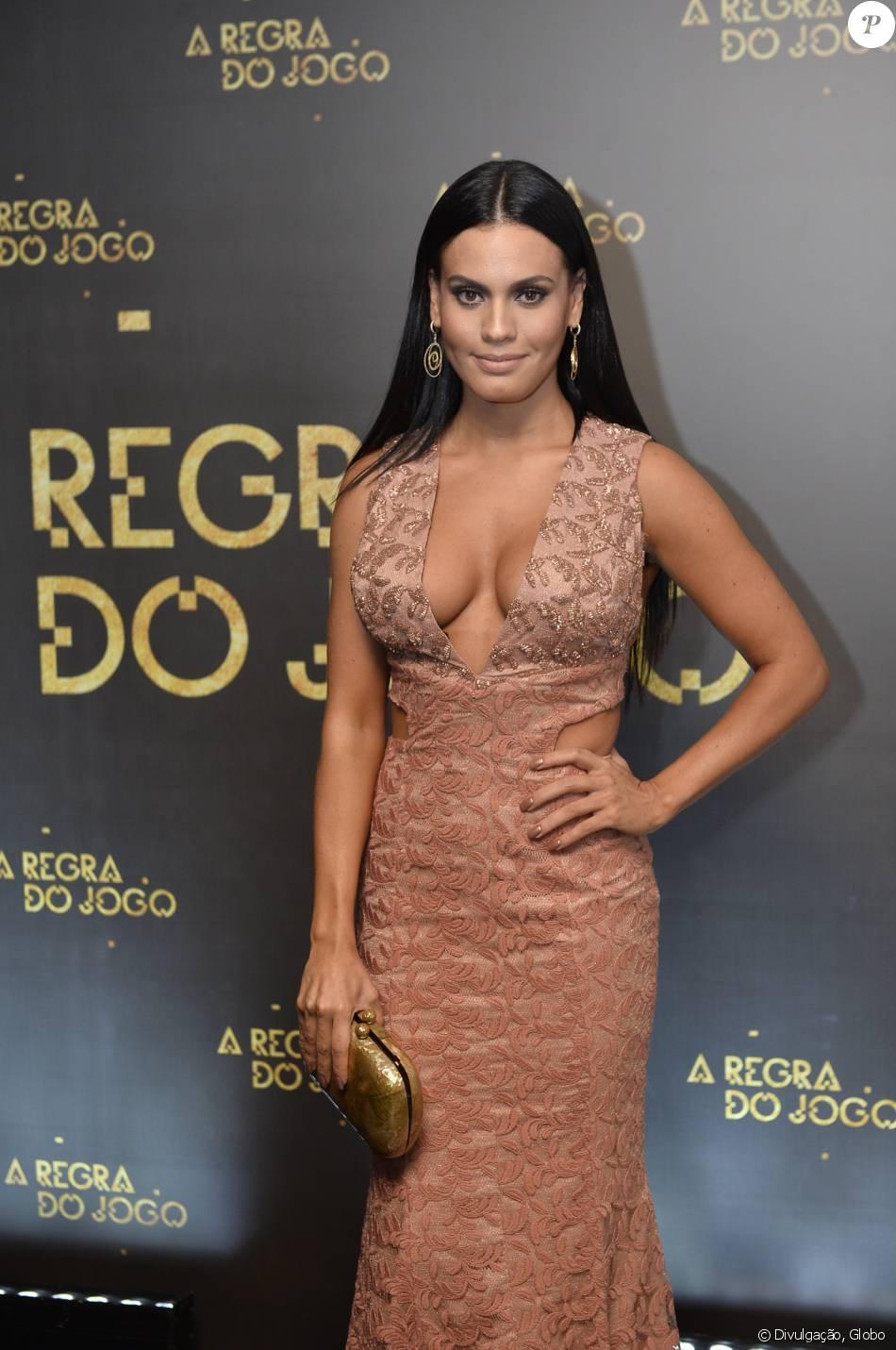 Letícia Lima usou um vestido decotado no lançamento da novela...