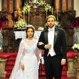 Laura (Marjorie Estiano) e Edgar (Thiago Fragoso) posam no dia de seu casamento, na primeira fase de 'Lado a lado'