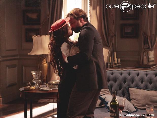 Laura (Marjorie Estiano) e Edgar (Thiago Fragoso) se rendem à paixão depois de seis anos separados na novela 'Lado a lado', em dezembro de 2012