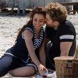 O casal aproveira momento romântico na praia, em cena da primeira fase de 'Lado a lado'