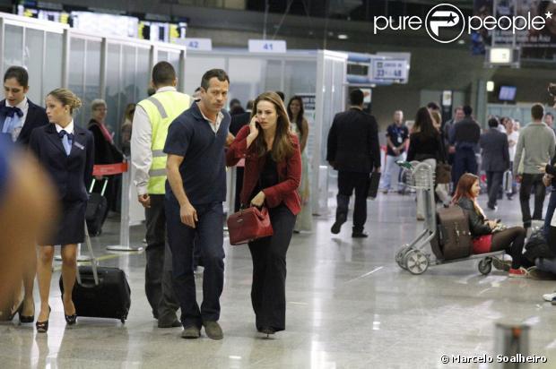 Ciça (Neusa Maria Faro) recobra a consciência e liga para Paloma (Paolla Oliveira), que atende ao lado de Bruno (Malvino Salvador), no aeroporto, em cena de 'Amor à Vida', em 26 de agosto de 2013