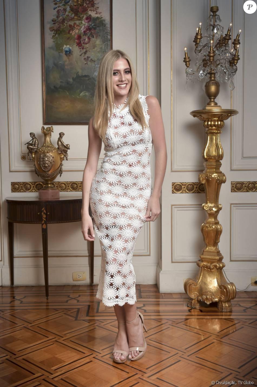 Hanna Romanazzi usou vestido Fabulous Agilità de crochê para o lançamento da série 'Ligações Perigosas', nesta quarta-feira, 16 de dezembro de 2015