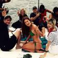 Em outra foto de bastidores, Marina Ruy Barbosa se mostra à vontade de biquíni e se diverte com a equipe da novela 'Totalmente Demais'