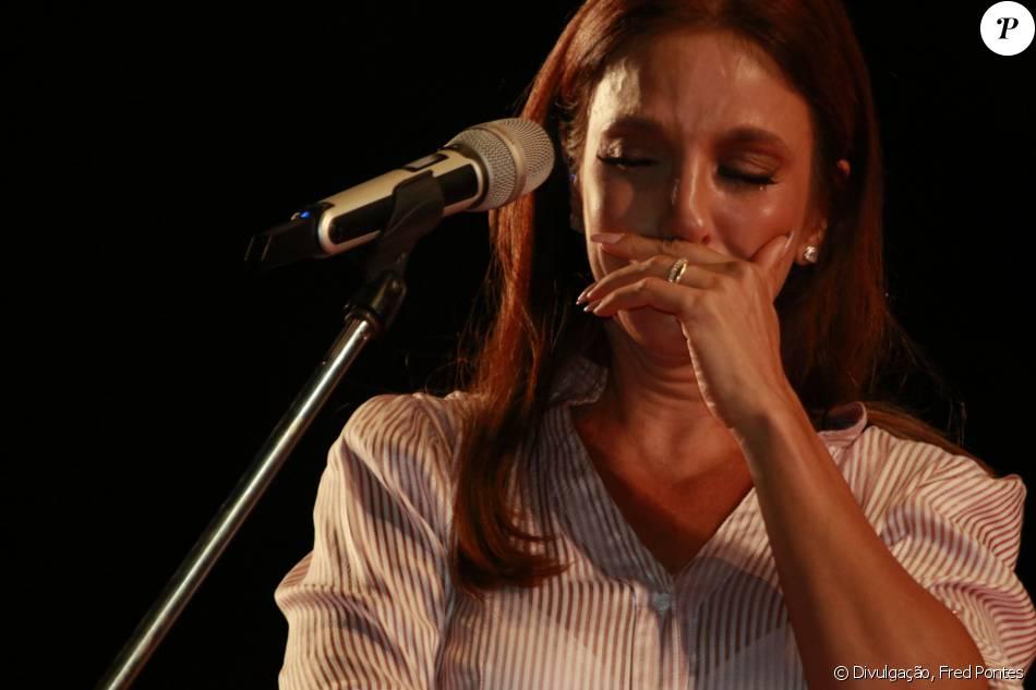 Ivete Sangalo chora e se emociona na noite desta quinta-feira, 17 de dezembro de 2015, no ensaio de show beneficiente ao cantar com coral infantil no estádio Arena Fonte Nova