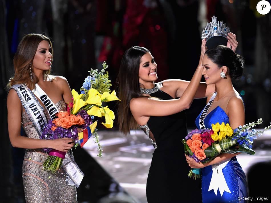 A Miss Filipinas Pia Alonzo Wurtzbach recebe a coroa de Miss Universo 2015 das mãos de Paulina Vega, vencedora em 2014, após falha do apresentador Steve Harvey