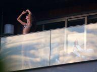 De biquíni, Izabel Goulart posa para Kevin Trapp em sacada de hotel no Rio