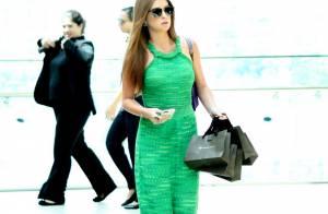 Marina Ruy Barbosa aposta em vestido longo para passeio com amigas no shopping