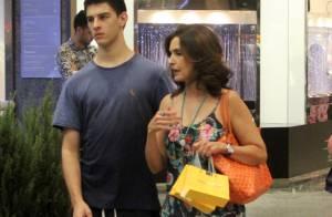 Fátima Bernardes vai às compras com o filho, Vinícius, em shopping no Rio