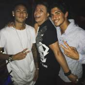 Neymar toca pandeiro na festa de 22 anos do surfista Gabriel Medina