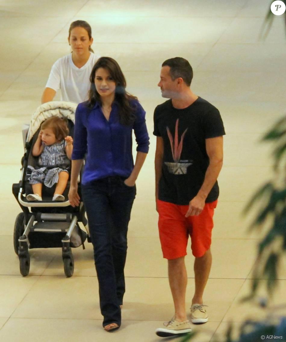 Malvino Salvador foi com a família ao shopping Village Mall na Barra da Tijuca, Zona Oeste do Rio, nesta terça-feira, 22 de dezembro de 2015. Ele estava acompanhado da mulher, Kyra Gracie, e da filha Ayra, de um ano