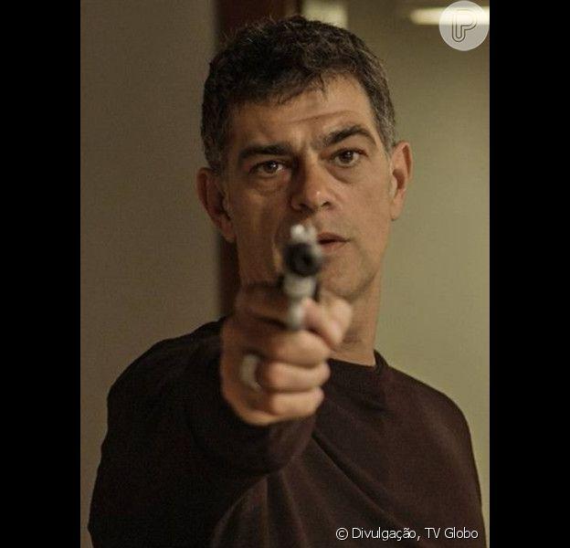 Orlando (Eduardo Moscovis) invade a mansão dos Stewart com capangas, faz a família de refém e sequestra Gibson (José de Abreu), em 4 de janeiro de 2016, na novela 'A Regra do Jogo'